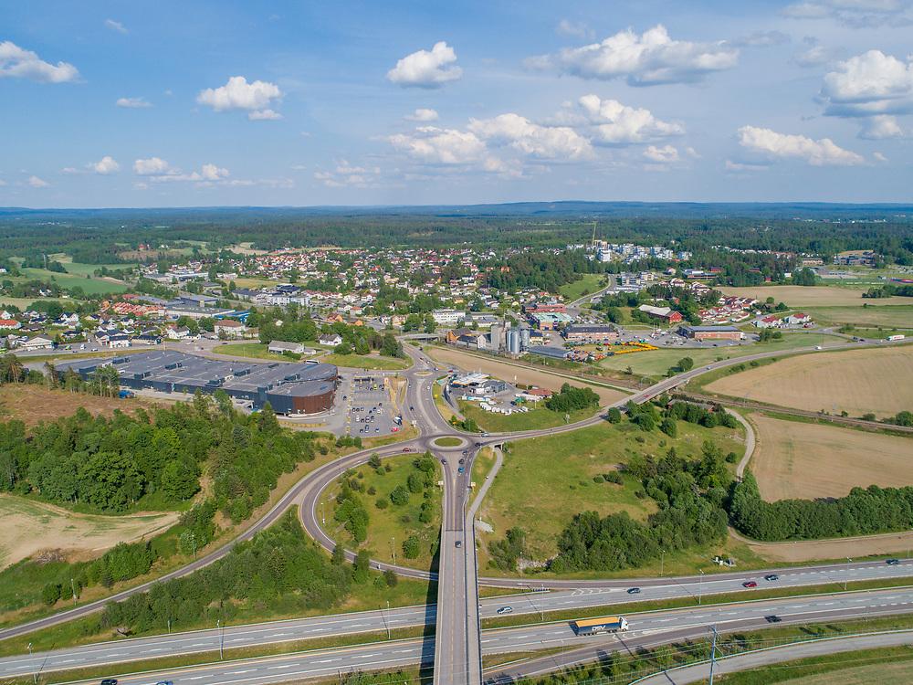 Luftfoto med oversikt over tettstedet Vestby i Vestby kommune. Nederst i bildet er Vestbybrua og europavei 6, til venstre Vestby storsenter.