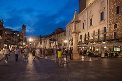 THEMENBILD - der belebte Platz (Piazza) Erbe umgeben von historischen Häusern bei Nacht, aufgenommen am 28. Juli 2018, Verona, Italien // the square Erbe surrounded by historic houses at night on 2018/07/28, Verona, Italy. EXPA Pictures © 2018, PhotoCredit: EXPA/ Stefanie Oberhauser