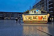 Nederland, Nijmegen, 1-1-2018Een oliebollenkraam staat eenzaam op Plein 44, plein44, in het centrum van de stad . Door dr regen zijn er weinig mensen op straat op deze nieuwjaarsdag .Foto: Flip Franssen