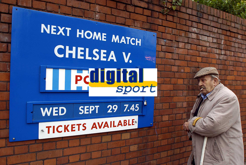 Fotball<br /> Champions League 2004/05<br /> Chelsea v Porto<br /> 29. september 2004<br /> Foto: Digitalsport<br /> NORWAY ONLY<br /> This Chelsea fan wonders what the fuss is about