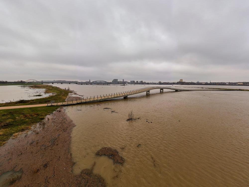 Nederland, Gelderland, Nijmegen, 04-002-2021; Hoog water in de Rijn, ten gevolge van regen en smeltwater bij de bovenloop van de rivier, zorgt voor hoge waterstanden. Ook het peil van de Waal bij Nijmegen is hoog. Het water wordt nu ook afgevoerd via de nieuw aangelegde nevengeul, de Spiegelwaal (bij in de voorgrond).<br /> High water in the Rhine, as a result of rain and meltwater at the upper course of the river, causes high water levels. The level of the Waal near Nijmegen is also high. The water is now also discharged via the newly constructed side channel, the Spiegelwaal (near Lent).<br /> <br /> drone-opname (luchtopname, toeslag op standaard tarieven);<br /> drone recording (aerial, additional fee required);<br /> copyright foto/photo Siebe Swart