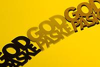 Typografisk påskehilsen med trippel «God påske» tekst i med gul bakgrunn.