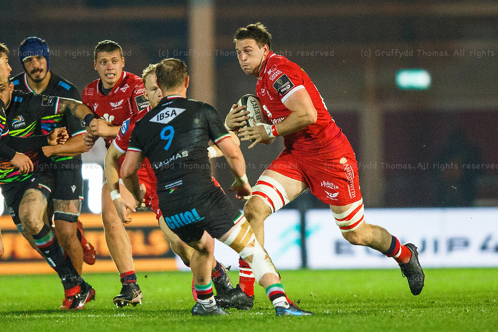 Llanelli, UK. 8 November, 2020.<br /> Scarlets replacement Ed Kennedy on the attack during the Scarlets v Zebre PRO14 Rugby Match.<br /> Credit: Gruffydd Thomas/Alamy Live News