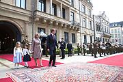Staatsbezoek aan Luxemburg dag 1 / State visit to Luxembourg day 1<br /> <br /> Op de foto / On the photo: Welkomstceremonie bij het Palais Grand-Ducal met  Groothertog Henri en Groothertogin Maria Teresa / Welcome ceremony at the Palais Grand-Ducal  with Grand Duke Henri and Grand Duchess Maria Teresa