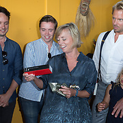 """NLD/Amsterdam//20170601 - Boekpresentatie """"En Nu Ik"""" van Peter Römer en partner Annet Hock , Annet Hock krijgt een Mont Blanc pen kado"""