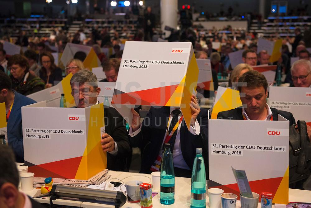 DEU, Deutschland, Germany, Hamburg, 08.12.2018: Delegierte bei einer Wahl mit mobilen Wahlkabinen aus Pappe auf den Tischen beim Bundesparteitag der CDU in der Messe Hamburg.