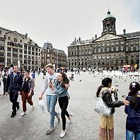 Nederland, Amsterdam , 19 juni 2012..Toeristen en Amsterdammers op de Dam. Dam square..Foto:Jean-Pierre Jans
