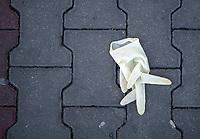 Bialystok, 05.04.2020. Wyludnione ulice Bialegostku podczas epidemii koronawirusa w kwietniowa niedziele handlowa N/z jednorazowa rekawica wyrzucona na chodnik fot Michal Kosc / AGENCJA WSCHOD