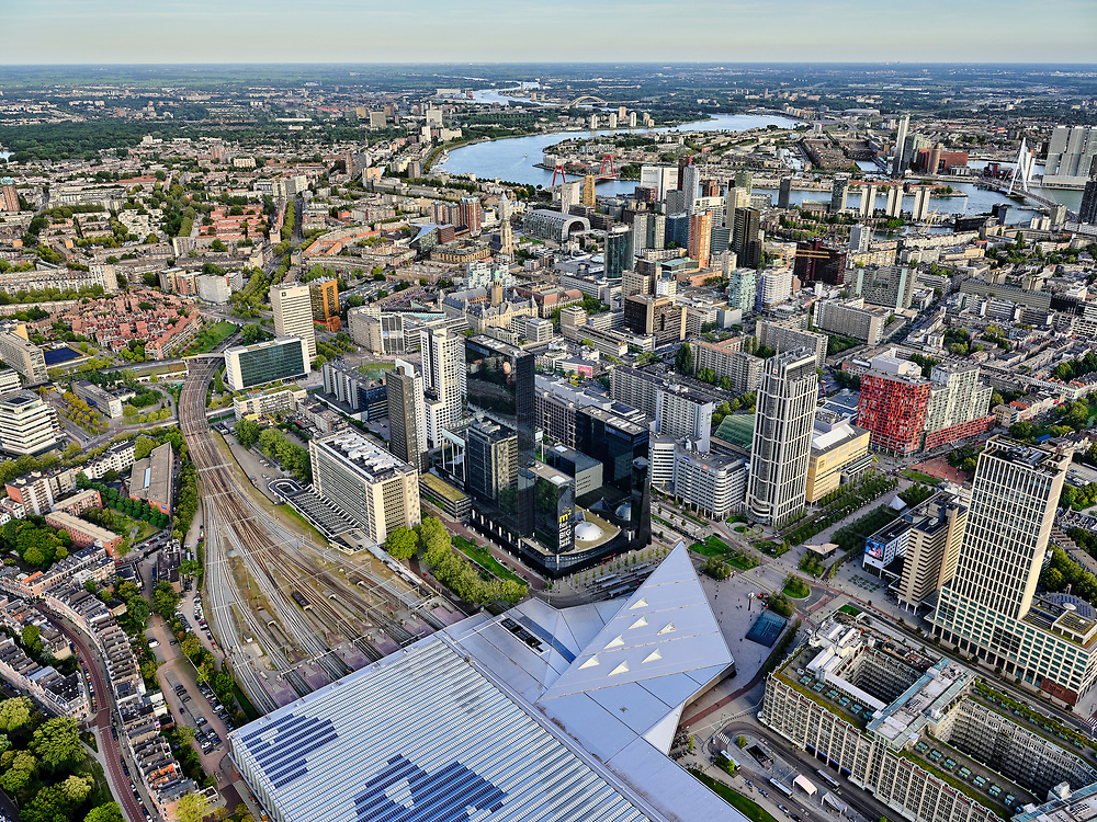 Nederland, Zuid-Holland, Rotterdam, 14-09-2019; Stadsgezicht, Rotterdam Centrum met Centraal Station. Nieuwe overkapping over de perrons. Hoogbouw aan het Weena.<br /> Rotterdam City Center with Central Station.<br /> <br /> luchtfoto (toeslag op standard tarieven);<br /> aerial photo (additional fee required);<br /> copyright foto/photo Siebe Swart