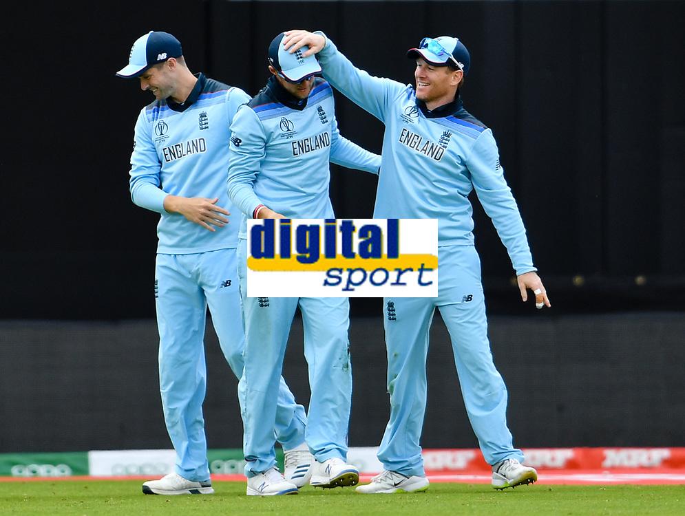 Cricket - 2019 ICC Cricket World Cup - Group Stage: England vs. Sri Lanka<br /> <br /> England's Joe Root congratulated by Eoin Morgan after catching Sri Lanka's Dhananjaya de Silva, at Headingley, Leeds<br /> <br /> COLORSPORT/ASHLEY WESTERN
