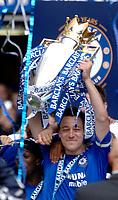 Photo: Daniel Hambury.<br />Chelsea v Manchester United. The Barclays Premiership. 29/04/2006.<br />Chelsea's captain John Terry lifts the Premiership trophy.