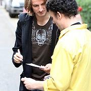 NLD/Amsterdam/20070913 - The Police in Amsterdam, Joe Sumner, de zanger van FictionPlane, zoon van Sting deelt handtekeningen uit