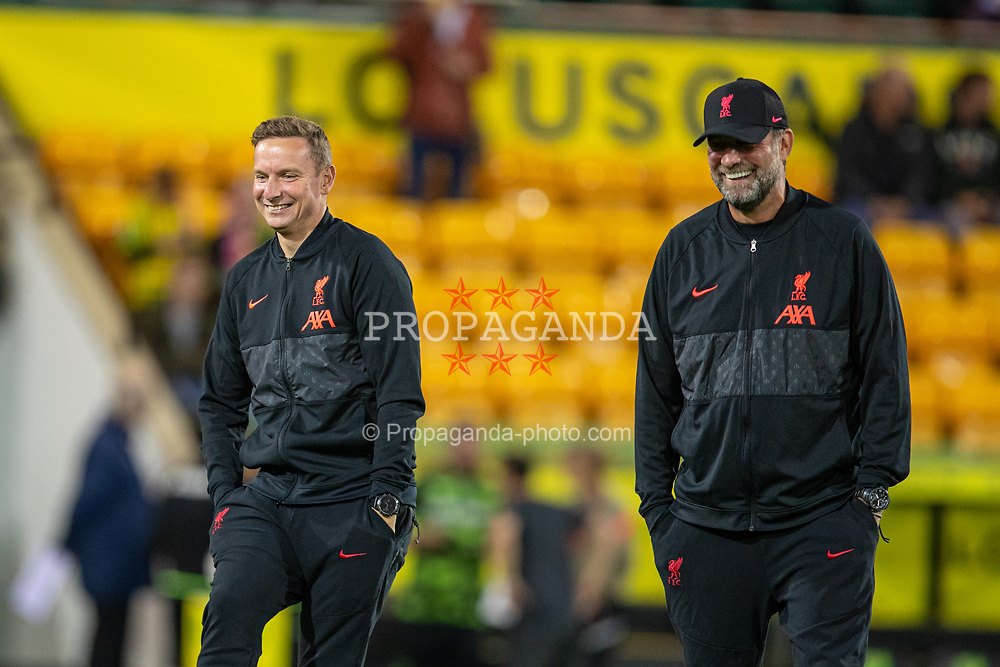 NORWICH, ENGLAND - Tuesday, September 21, 2021: Liverpool's first-team development coach Pepijn Lijnders (L) and manager Jürgen Klopp during the pre-match warm-up before the Football League Cup 3rd Round match between Norwich City FC and Liverpool FC at Carrow Road. Liverpool won 3-0. (Pic by David Rawcliffe/Propaganda)