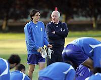 Fotball<br /> Israel<br /> Foto: imago/Digitalsport<br /> NORWAY ONLY<br /> <br /> 04.09.2007  <br /> <br /> Nationaltrainer Dror Kashtan (re.) und Yossi Benayoun (beide Israel) im Gespräch