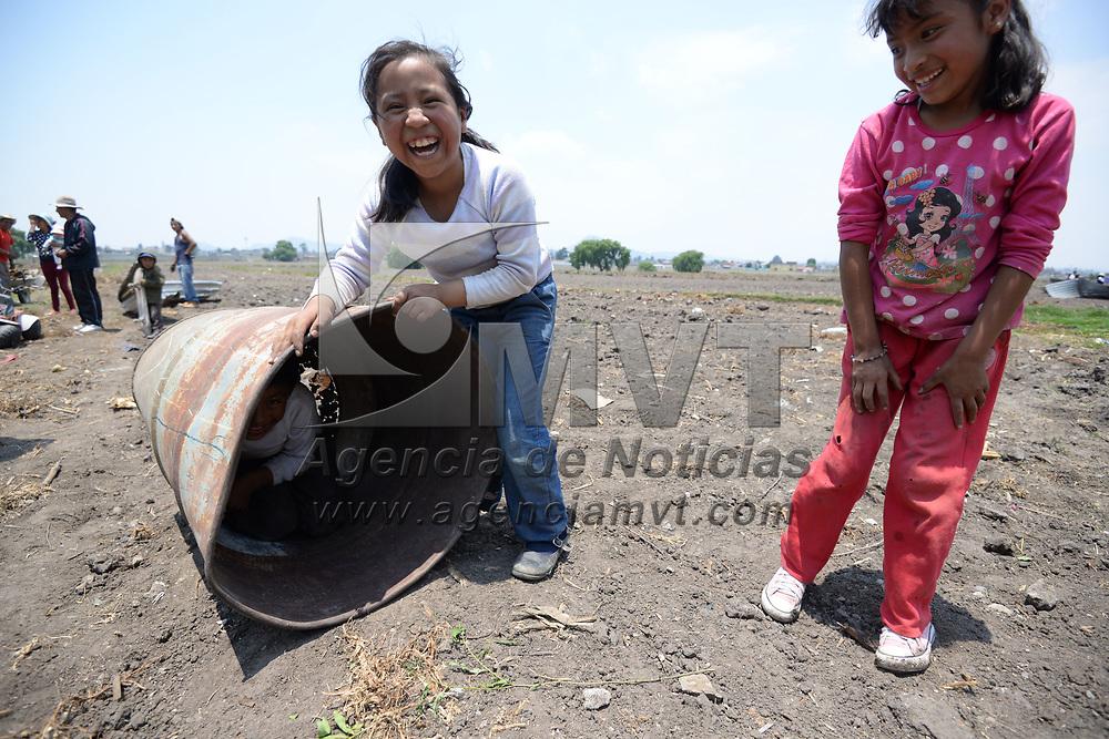 Toluca, México.- (Mayo 19, 2017).- Con imaginación y un  tambo de metal cuatro niños juegan en  terrenos de cultivo de San Pablo Autopán. Agencia MVT / Crisanta Espinosa.