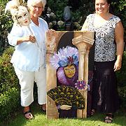 NLD/Huizen/20050908 - Olga Dol en collega gaan exposeren in de theetuin Eemnes