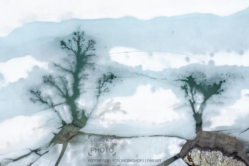 Strukturen der Schnee- und Eisschmelze aus der Vogelperspektive bei den Jöriseen; Davos, Kanton Graubünden, Schweiz / <br /> <br />  Structures of the snow and ice melt from a bird's eye view at a mountain lake in the Flüela Pass area; Davos, Canton of Graubünden, Switzerland