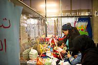DEU, Deutschland, Germany, Berlin, 29.12.2015: Ankunft von Flüchtlingen im Bahnhof Schönefeld. Mütter wickeln ihre Babys am provisorischen Wickeltisch im Bahnhof.