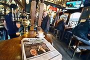 Engeland, Londen, 8-4-2019Voor het house of Parliament, het britse regeringscentrum en parlement in de city of Westminster, demonstreren tegenstanders van de Brexit. Zij hopen ook dat er een nieuw referendum komt . In een pub, cafe, om de hoek ligt een krant die de mislukte gesprekken tussen Theresa May en Jeremy Corbyn op de voorpagina heeft . ook op de tv berichtgeving over de impasse over de Brexit.Foto: Flip Franssen