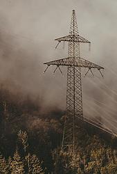 THEMENBILD - Stromleitungen mit Masten im Sonnenlicht mit Nebel, aufgenommen am 23. September 2019 in Kaprun, Oesterreich // Power lines with masts in sunlight with fog in Kaprun, Austria on 2019/09/23. EXPA Pictures © 2019, PhotoCredit: EXPA/ JFK