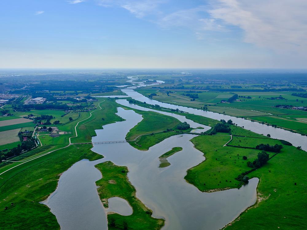 Nederland, Overijssel, Zal, 21–06-2020; zicht op rivier de IJssel en de Vreugderijkerwoud, richting Westenholte. In het kader van het programma Ruimte voor de rivier is de dijk landinwaarts verlegd en zijn er hoogwatergeulen gegraven. Door de dijkverlegging worden de uiterwaarden breder en krijgt de rivier meer ruimte.<br /> River IJssel north of Zwolle. The river dike has been shifted (landward) with newly excavated channels. Moving the dike has broadened the floodplains, creating more space for the river.<br /> <br /> luchtfoto (toeslag op standaard tarieven);<br /> aerial photo (additional fee required)<br /> copyright © 2020 foto/photo Siebe Swart