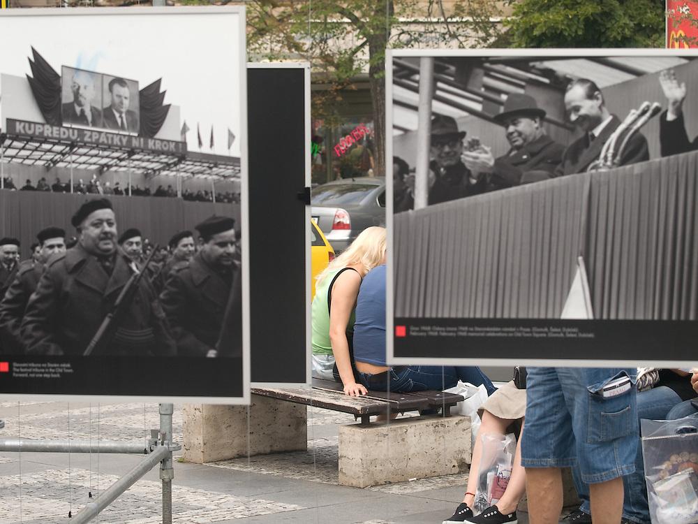 """Besucher am oberen Teil des Wenzelsplatzes in Prag betrachten die Ausstellung """"... und die Panzer kamen"""" über die August-Invasion 1968 der Truppen des Warschauer Paktes.<br /> <br /> Visitors at the upper part of Wenceslas Square are viewing an open air exhibition about the soviet invasion 1968."""