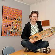 NLD/Huizen/20060604 - Jeroen Smeets bij de kunstwerken van hem bij de expositie in het Huizer Museum