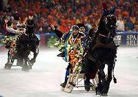 Skøyter. VM 2002 Heerenveen. 17.03.2002. Anni Friesinger fra Tyskland og Jochem Uytdehaage fra Nederland.<br />Foto: Ronald Hoogendoorn, Digitalsport