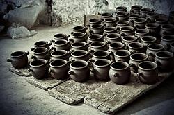 fase di asciugatura dei vasi di argilla dopo che sono stati modellati al tornio