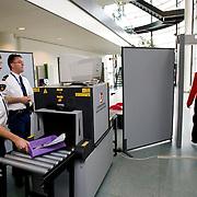 Nederland Rotterdam 3 september 2008 20080903 Foto: David Rozing.Beveiliging gerechtgebouw Rotterdam, scannen op gevaarlijke voorwerpen..Foto David Rozing