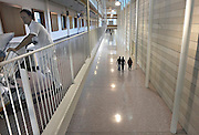 Nederland, Nijmegen, 29-9-2012Ziekenhuismedewerker, ic-verpleegkundige, ic verpleger,broeder verplaatst zicht met een patient in bed door een gang in het umc radboud.Foto: Flip Franssen