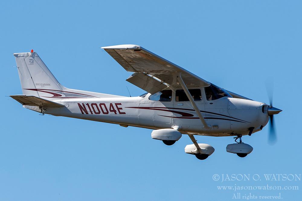 Cessna 172S (N1004E) on approach to Palo Alto Airport (KPAO), Palo Alto, California, United States of America