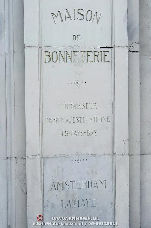 """De luxe warenhuizen van Maison de Bonneterie in Amsterdam en Den Haag gaan na 125 jaar hun deuren sluiten. Door de aanhoudende recessie is het economisch niet langer verantwoord om de winkels open te houden.<br /> Het eerste filiaal van Maison de Bonneterie werd in 1889 geopend aan de Kalverstraat in Amsterdam. Het tweede filiaal werd in 1913 geopend op de hoek van de Gravenstraat en het Buitenhof in Den Haag.<br /> Het bedrijf vraagt geen faillissement aan, dat wil de Maison de Bonneterie hiermee juist voorkomen, aldus de woordvoerder. Volgens het bedrijf is er """"niet voldoende zicht meer op economisch herstel"""" en is het door """"de te lang aanhoudende en buitengewoon hardnekkige recessie in de detailhandel economisch niet langer verantwoord de activiteiten voort te zetten"""". Foto: gevel of naamsteen naast de ingang van de Bonneterie Rokinzijde."""