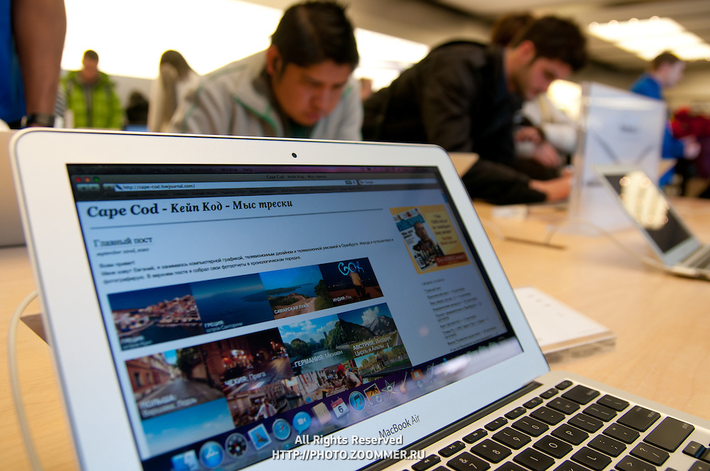 Some Russian blog on the screen of MacBook Air in Apple Store on the 5th avenue, New York