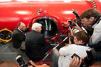 06 AUG 2009, GOETTINGENGERMANY:<br /> Prof. Dr. Stefan W. Hell (L), Gewinner des Deutschen Zukunftspreises, Frank-Walter Steinmeier (M), SPD, Bundesaussenminister und Kanzlerkandidat, und Fotografen an einer Hochdruck-Turbulenz-Anlage, Besuch Max-Planck-Instituts fuer Biophysikalische Chemie<br /> IMAGE: 20090806-01-194<br /> KEYWORDS: Sommerreise, Bundestagswahl 2009, Wahlkampf, Göttingen, Fotojournalisten