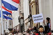 """Aankomst koninklijke familie in de gouden koets bij Paleis Nooreinde voor de """"balkonscène""""op Prinsjesdag 2012. /// Arrival royal family in the golden coach at palace Noordeinde on """"Prinsjesdag""""in The Hague<br /> <br /> Op de foto / On the photo: <br />  Publiek"""