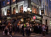 Londyn, 2009-10-23. Londyn nocą, The Crown - pub na Brewer Street