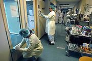 Nederland, Nijmegen, 22-9-2004..Na uitbraak van MRSA bacterie moet een hele afdeling in het UMC Radboud ziekenhuis schoongemaakt en ontsmet worden. Ontsmettingsmiddel, ziekte, bakterie, infectie, infektie..Foto: Flip Franssen