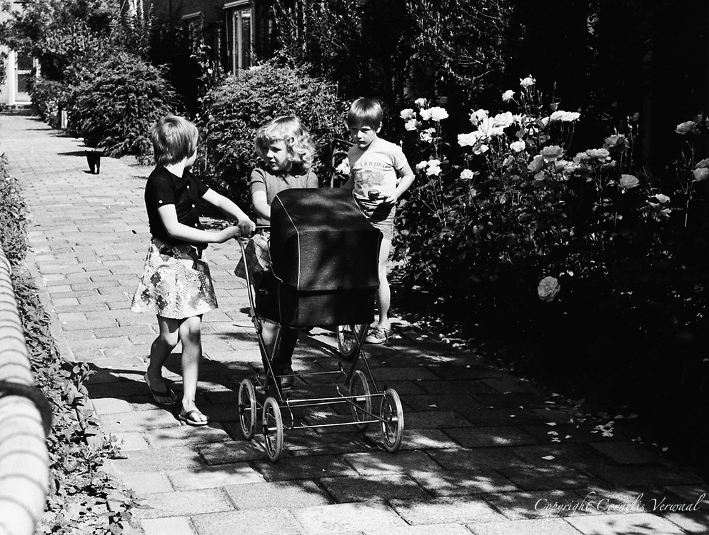 Ammerse jeugd anno 1977, aan Het Kerkplein.