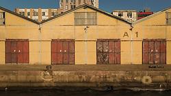 Vista para o Cais Mauá, na zona portuária de Porto Alegre. A área, composta por 16 armazéns e 3 docas em uma extensão de 3.240m de comprimento, é administrada pela Superintendência de Portos e Hidrovias (SPH) e está arrendada para um polêmico projeto de revitalização que prevê mais de 181 mil m² dedicados a cultura, lazer, gastronomia, turismo, negócios e eventos. O Pórtico Central e seu armazéns portuários são tombados pelo Instituto do Patrimônio Histórico e Artístico Nacional (IPHAN). FOTO: Gustavo Roth / Agência Preview