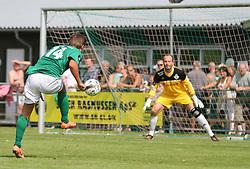 Danni Jensen (Avarta) afslutter mod Mads Hamberg (FC Helsingør) under kampen i 2. Division Øst mellem Boldklubben Avarta og FC Helsingør den 19. august 2012 i Espelunden. (Foto: Claus Birch).
