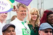 Amsterdam kleurt roze tijdens de 23e editie van de Pride Amsterdam, met als hoogtepunt de wereldberoemde Canal Parade.<br /> <br /> Op de foto: Boris Dittrich  en Mona Keijzer