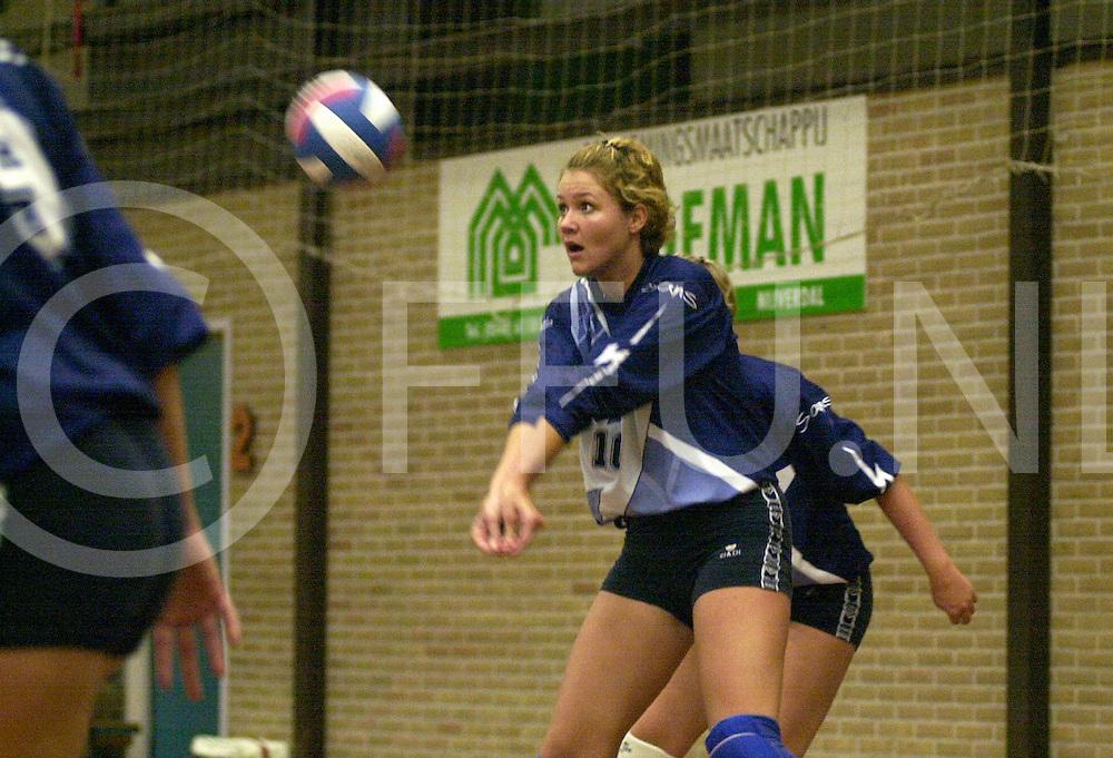 fotografie frank uijlenbroek©2001 michiel van de velde.011005 nijverdal ned.volleybalwedstrijd in sporthal noetsle flash tegen d volco foto's van een verdedigend flash in het achterveld