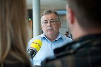 29 SEP 2009, BERLIN/GERMANY:<br /> Ottmar Schreiner, MdB, SPD, Vorsitzender der Arbeitsgemeinschaft fuer Arbeitnehmerfragen der SPD, im Gespraech mit mit Journalisten, waehrend der ersten Fraktionssitzung der SPD nach der Bundestagswahl, Fraktionsebene, Deutscher Bundestag<br /> IMAGE: 20090929-03-026<br /> KEYWORDS: Interview, Gespräch, Mikrofon