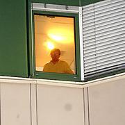 NLD/Den Haag/20070410 - Geboort 3e kind Willem Alexander en Maxima, Willem Alexander kijkt uit het raam