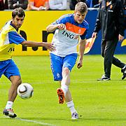 AUS/Seefeld/20100530 - Training NL Elftal WK 2010, Klaas Jan Huntelaar in duel met Giovanni van Broonckhorst