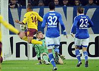 Fotball<br /> Tyskland<br /> 06.11.2012<br /> Foto: Witters/Digitalsport<br /> NORWAY ONLY<br /> <br /> 0:1 Tor v.l. Theo Walcott, Torwart Lars Unnerstall, Joel Matip, Christian Fuchs (Schalke)<br /> Fussball Champions League, Gruppenphase, FC Schalke 04 - Arsenal London