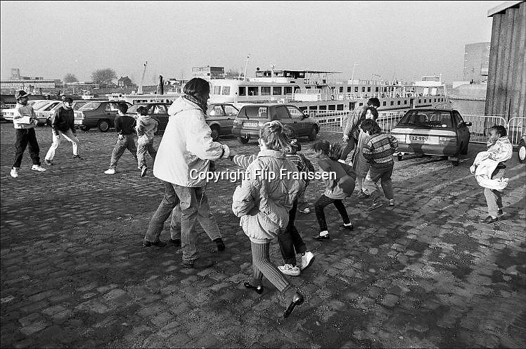 Nederland, Nijmegen, 15-2-1993 In de Waalhaven ligt een asielzoekersboot, een boot, schip, cruiseschip, waar asielzoekers verblijven. Vanwege de grote stroom, toestroom van vluchtelingen moeten verschilllende manieren van opvang geregeld worden. Veel vluchtelingen uit Bosnie en Iran. Een migrant heeft een gesprek met een arts. Foto: Flip Franssen/ Hollandse Hoogte