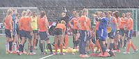 AMSTELVEEN - Sproeien tijdens Eerste training Nederlands dames hockey team onder de nieuwe bondscoach, Sjoerd Marijne.  COPYRIGHT KOEN SUYK