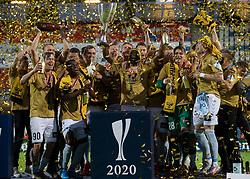 SønderjyskE-spillere løfter pokalen efter finalen i Sydbank Pokalen mellem AaB og SønderjyskE den 1. juli 2020 i Blue Water Arena, Esbjerg (Foto Claus Birch).